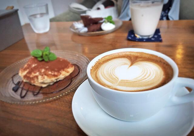 カフェIVANOのカフェタイムのケーキとコーヒー