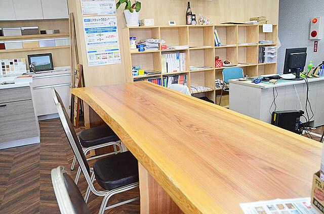 現金問屋ダイコク宇都宮東店の接客カウンターの一枚板のテーブル