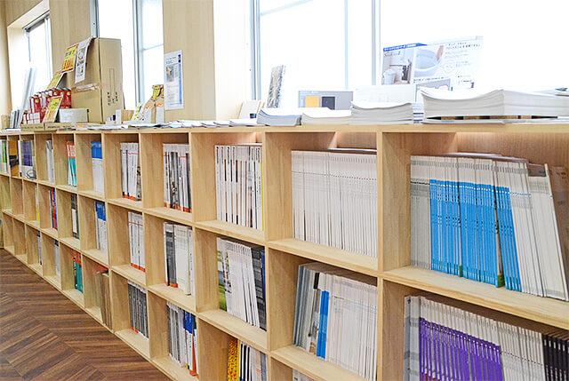 現金問屋ダイコク宇都宮東店のカタログが並べられた本棚
