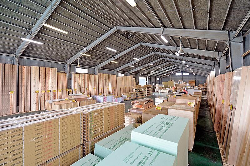 現金問屋ダイコク宇都宮東店の木材などが並んだ倉庫
