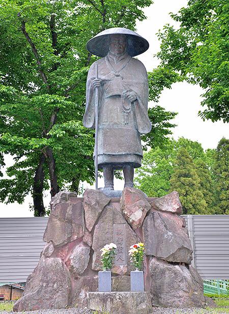 惠光寺にある親鸞聖人の銅像