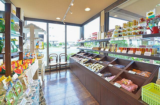 豊富な種類の焼き菓子が並んだフラッグス店内