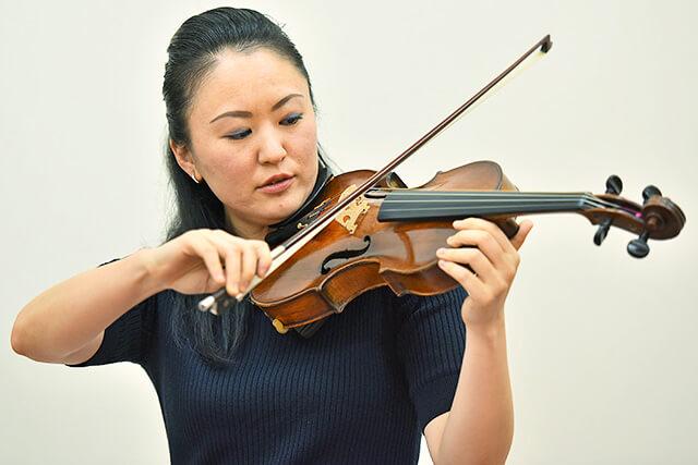 ヴァイオリンを弾いている講師の大嶋浩美さん