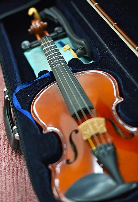 ケースにしまわれているヴァイオリン
