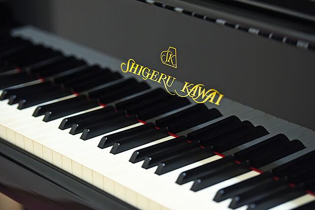 ピアノにあるShigeru Kawaiの文字と鍵盤