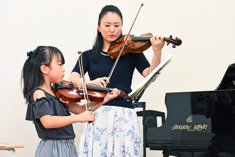 ヴァイオリン講師大嶋浩美さんと、レッスンを受けている女の子