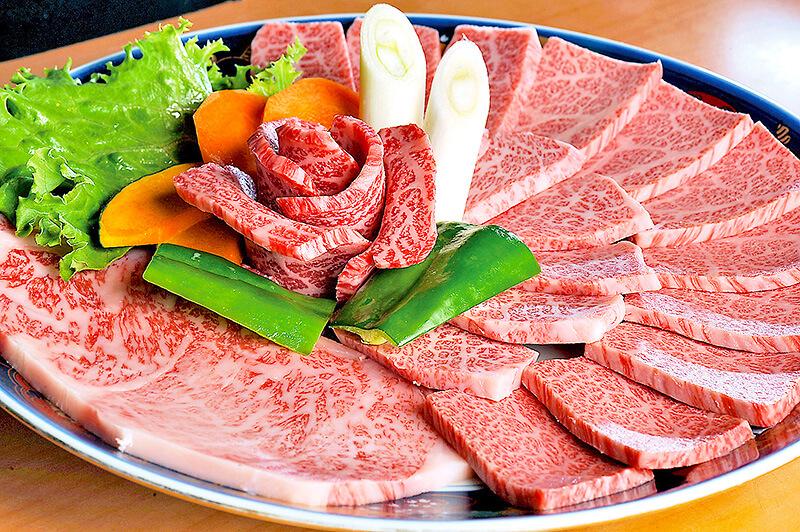 炭火焼肉おおつか宇都宮店の大皿に盛り付けられたお肉