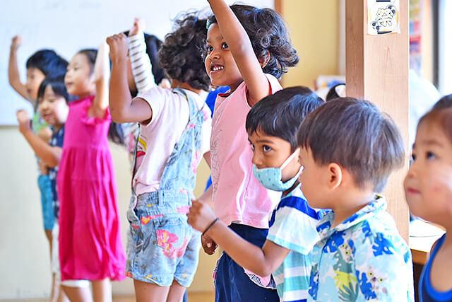 アイエルワイ国際幼児園の園児が元気よく体を動かしている様子