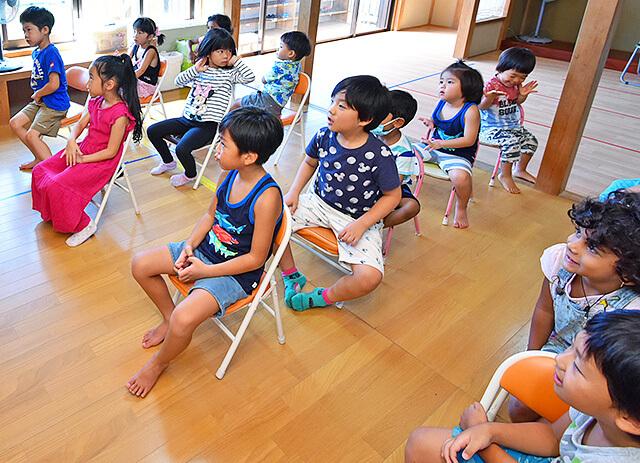 アイエルワイ国際幼児園の園児たちがイスに座って授業を受けている様子
