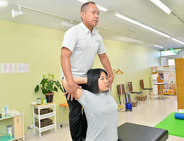 ストレッチスタジオ エボの慶野さんによる首肩回りのストレッチの様子