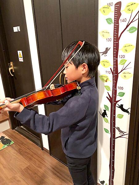 くろねこ音楽教室にあるバイオリンを選ぶ目安になるシール