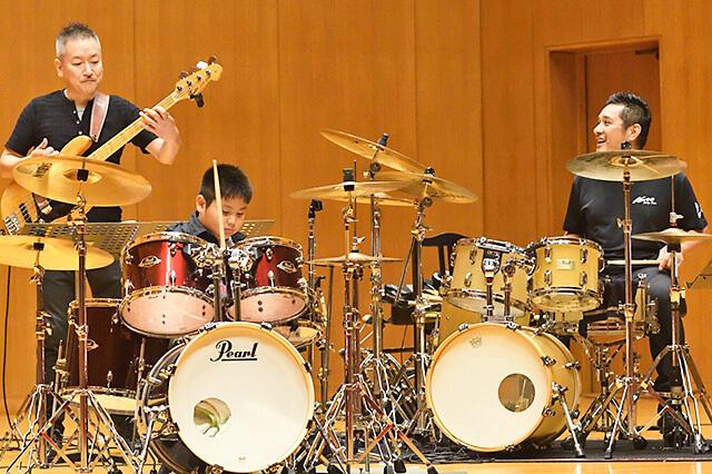 くろねこ音楽教室の発表会で先生と生徒が一緒に演奏している様子