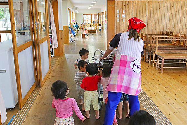たんぽぽ保育園 はだしで歩く園児や先生