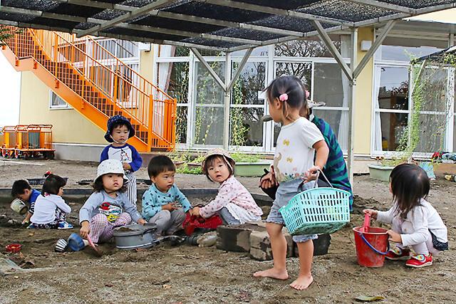 たんぽぽ保育園 砂場で泥んこになりながら遊ぶ園児たち