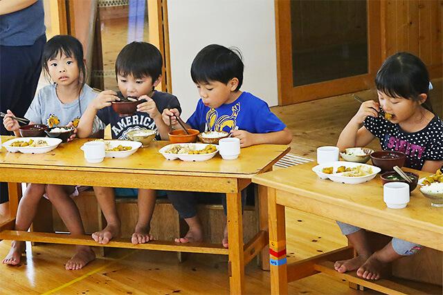 たんぽぽ保育園 お箸を上手に使って給食を食べている園児たち