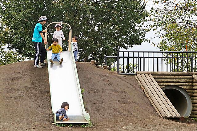 たんぽぽ保育園 園庭にある滑り台で遊ぶ園児たち