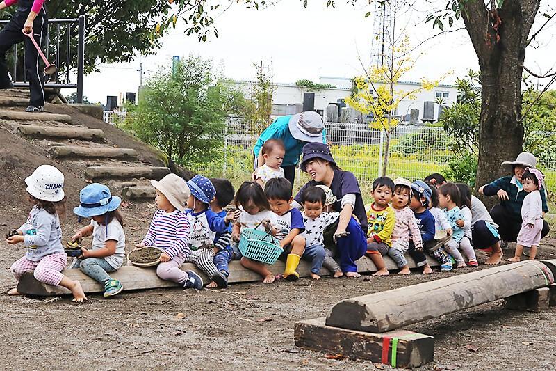 たんぽぽ保育園 丸太でつくられた遊具で遊ぶ園児たち