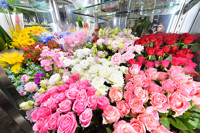 花物語本店 色とりどりの花が入ったショーケース