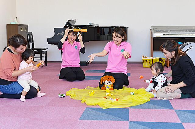 カワイ音楽教室 宇都宮東センター 親子リトミックの折り紙を使ってのレッスンの様子