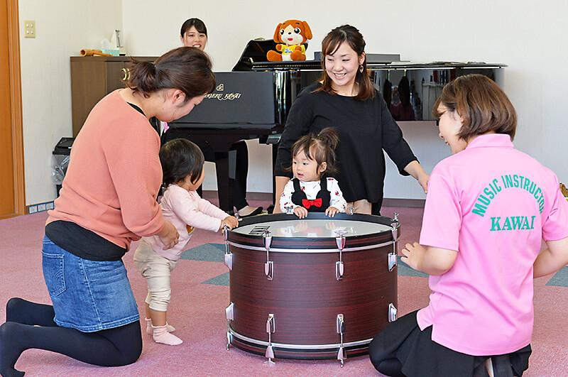 カワイ音楽教室 宇都宮東センター 親子リトミックで太鼓を触っている様子