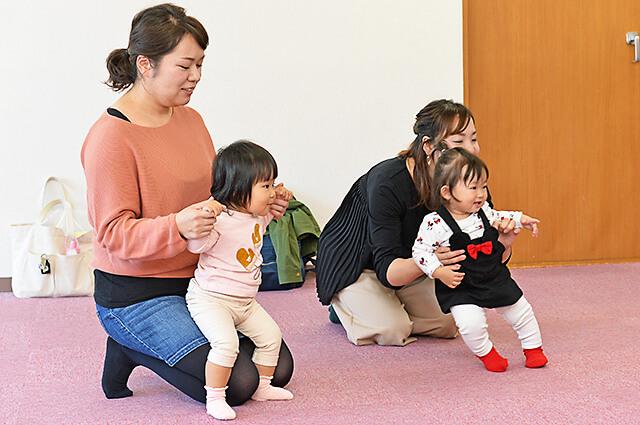 カワイ音楽教室 宇都宮東センターの親子リトミック クーちゃんに興味津々の子どもたち