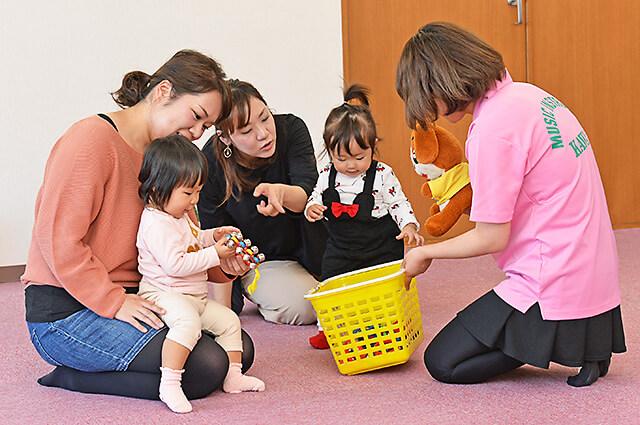 カワイ音楽教室 宇都宮東センターの親子リトミック カゴに入った楽器に興味津々の子どもたち