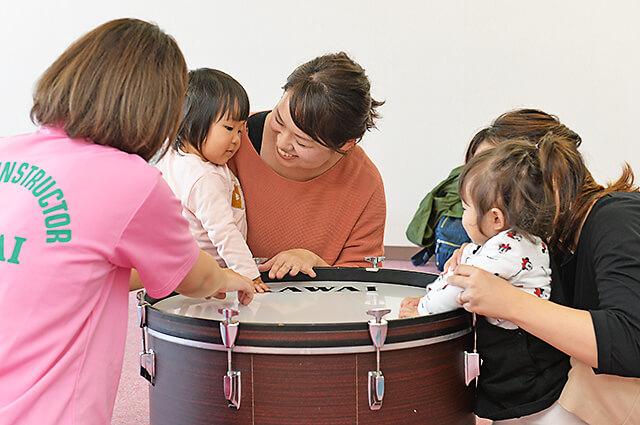 カワイ音楽教室 宇都宮東センターの親子リトミック ママと一緒に太鼓に触っている子どもたち