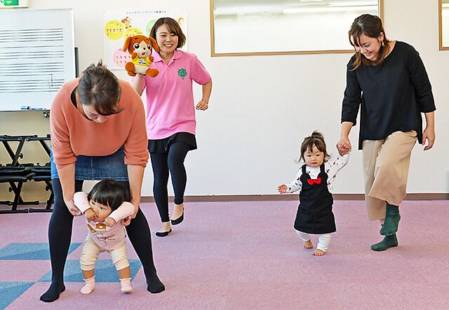 カワイ音楽教室 宇都宮東センター 親子リトミックで体を動かしている様子
