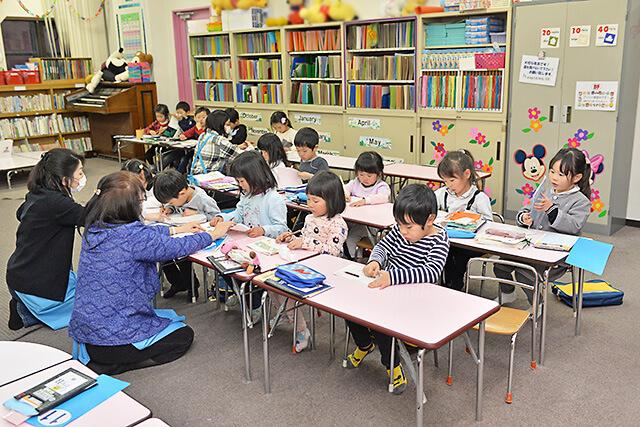 KUMON中央教室 生徒が机に向かって勉強している様子