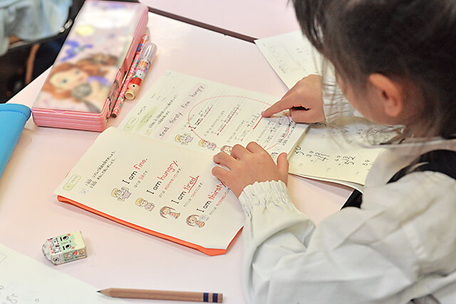 KUMON中央教室 英語のテキストを速読する子