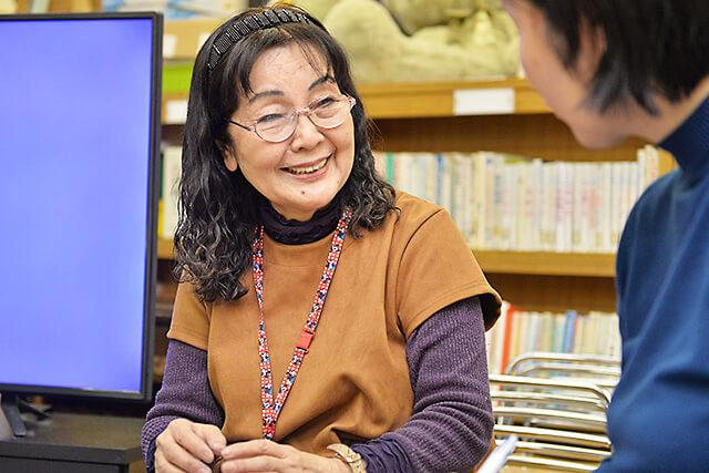 KUMONN中央教室の小田林先生にライターが幼児教育についての相談をしている様子