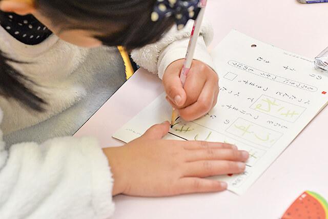 KUMON中央教室 問題を解く子どもの手元