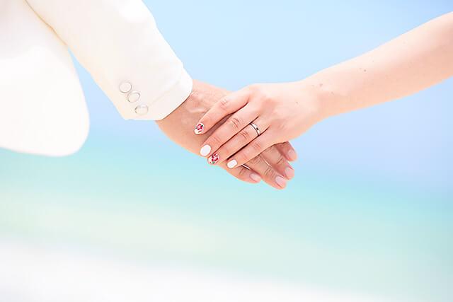 新婚旅行に海に行ったイメージ画像