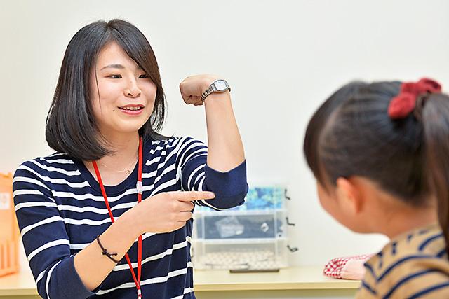 ステモン陽東桜が丘校教室 肘の動きについて教えている様子