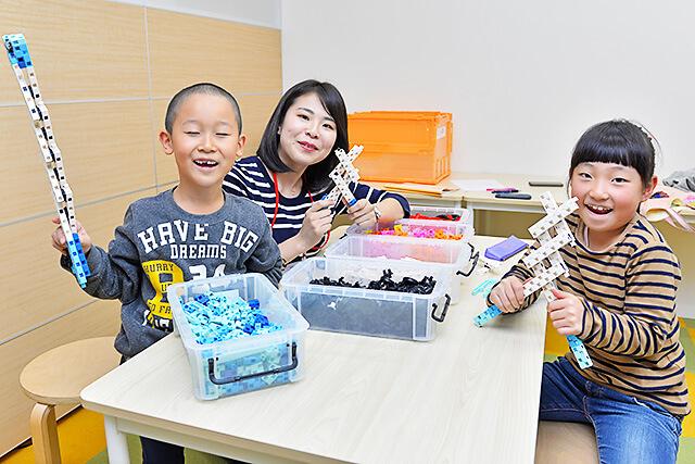 ステモン陽東桜が丘教室 完成したアームを持って集合写真