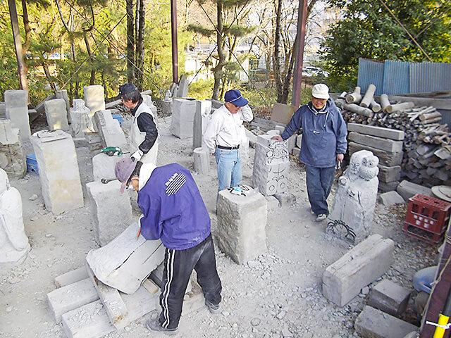 祥雲寺の石彫会の様子
