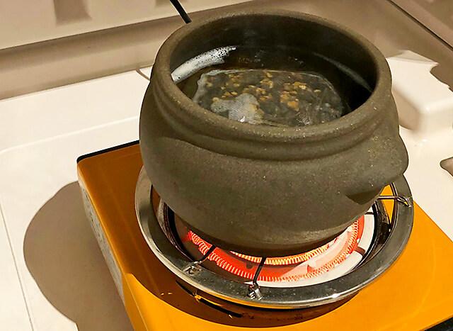 よもぎ蒸しチェルミン よもぎを煮立たせている様子