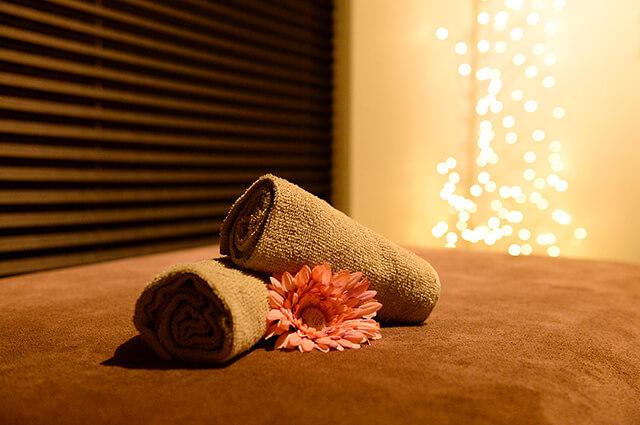 よもぎ蒸しチェルミン リンパマッサージ用のベッドとタオル