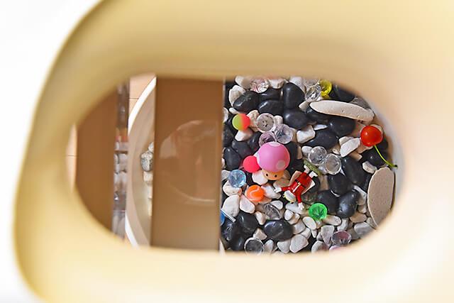 イーズ鍼灸マッサージ院 穴の開いた枕から見える玉砂利の器