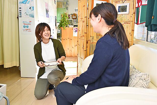 イーズ鍼灸マッサージ院 女性スタッフによるヒアリングの様子
