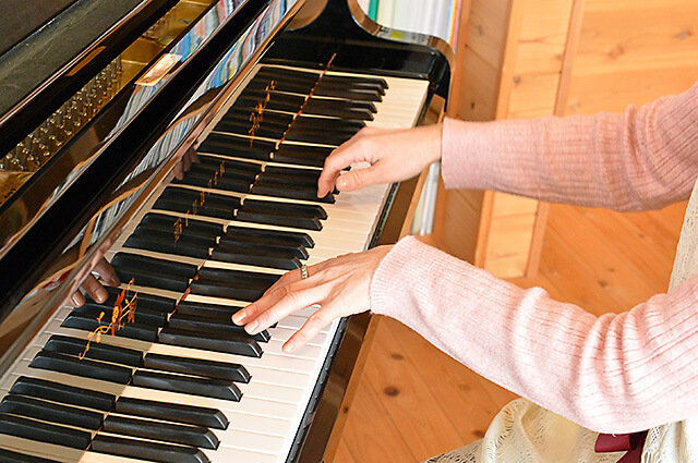 ウジイエピアノ教室 ピアノを弾く先生の手元