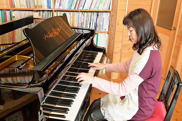 ウジイエピアノ教室 ピアノを演奏している先生
