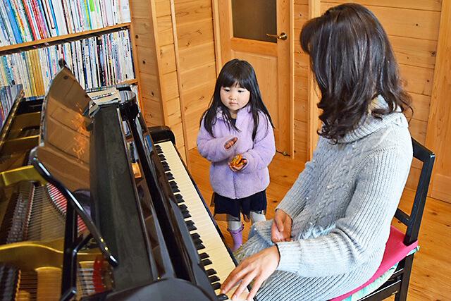 ウジイエピアノ教室 音あてやリズム遊びをしている様子