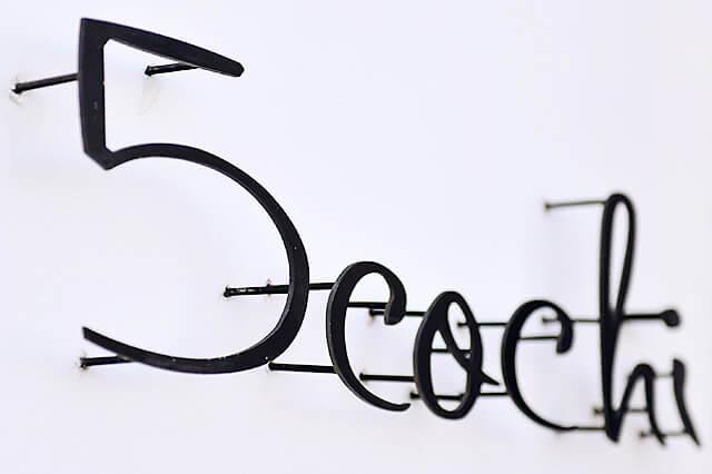 ヘアリラクゼーション5cochi アイアンで作られた看板