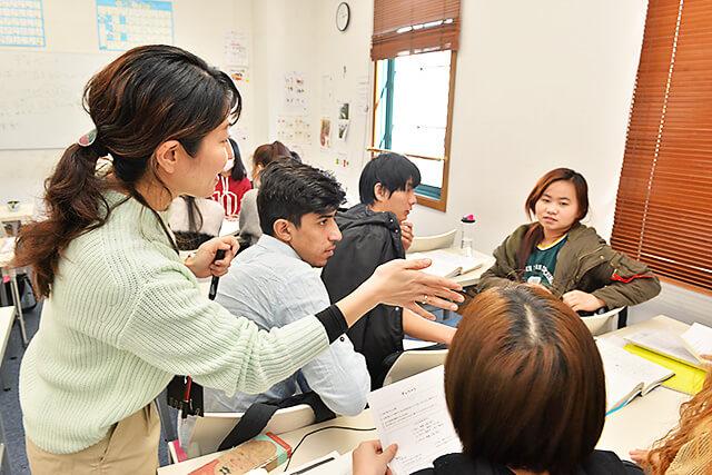 アティスインターナショナル日本語学校 グループで意見を出し合っている様子