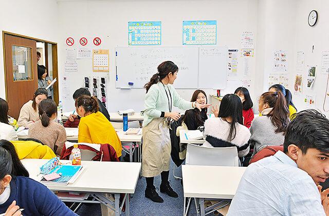アティスインターナショナル日本語学校 テーマをもとにディベートをしている授業風景