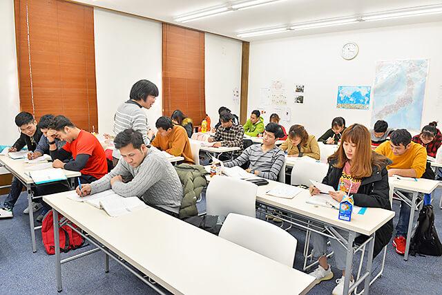 アティスインターナショナル日本語学校 テーマをもとに文章を書く授業の様子