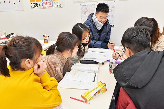 アティスインターナショナル日本語学校 出されたテーマをもとにいろいろな意見が出ている様子