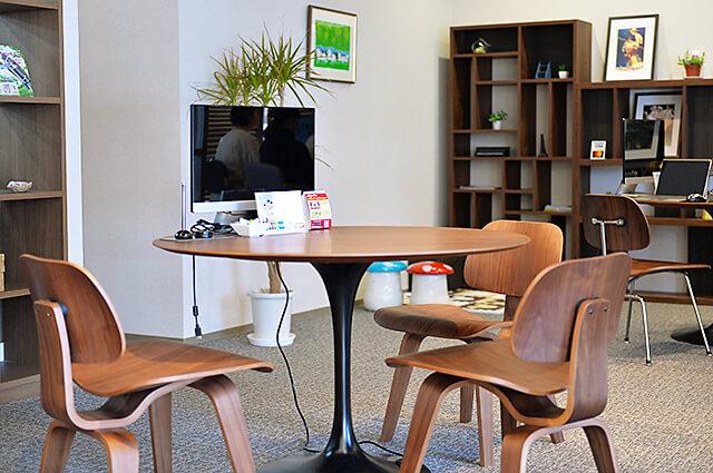 三和住宅 宇都宮東口店 木目調のおしゃれな机やイス、棚が並んだ店内