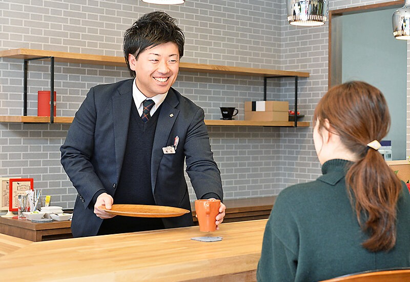 三和住宅 宇都宮東口店 店内にあるカフェカウンターでコーヒーをいただいている様子